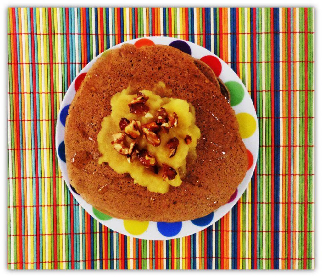 Tortitas con compota de manzana y almendras caramelizadas